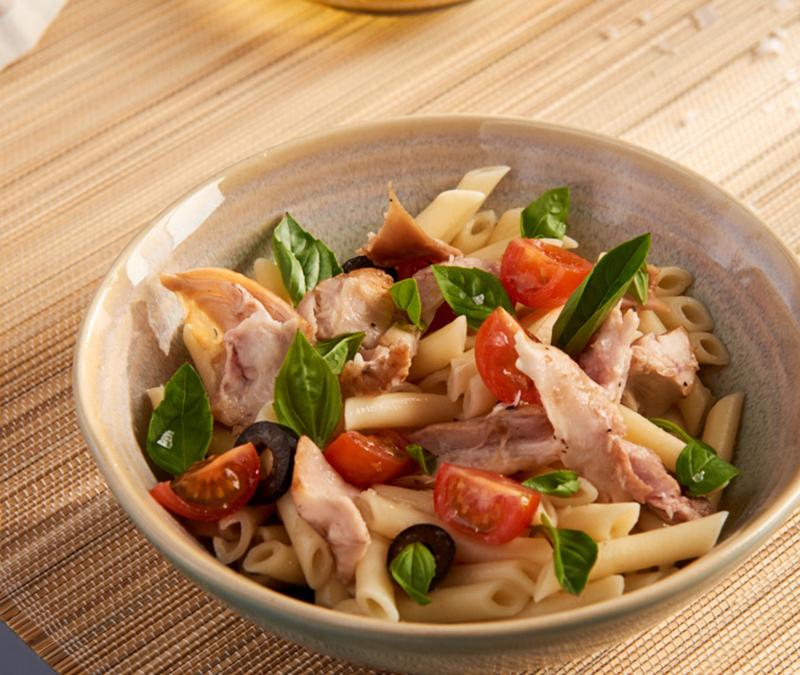 Salada de massa com coxas de coelho, azeitonas pretas e tomate cherry